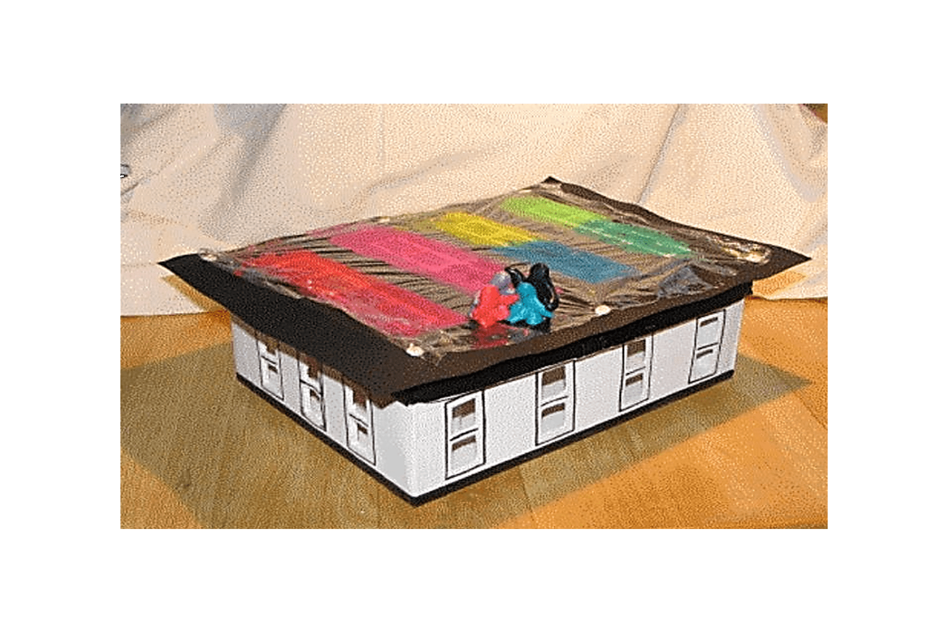 Papkassehus - leg med lys, farver, rum ©Kanobi®